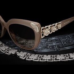 An exquisite combination of geometrical precision and romanticism, style BV8162B has a sensual cat-eye shape and a palette of colours that includes delicate nuances (dove-grey and raspberry) as well as classic hues (havana and black). The temples are decorated with chiselled flowers set with 200 Austrian crystals, while the grooves of the settings are inlaid with mother-of-pearl enamel. Also inspired by flowers, the decoration on the front is studded with 54 Austrian crystals.